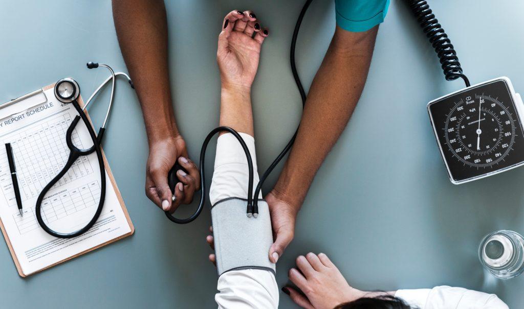 Nurse helpen a patient top view